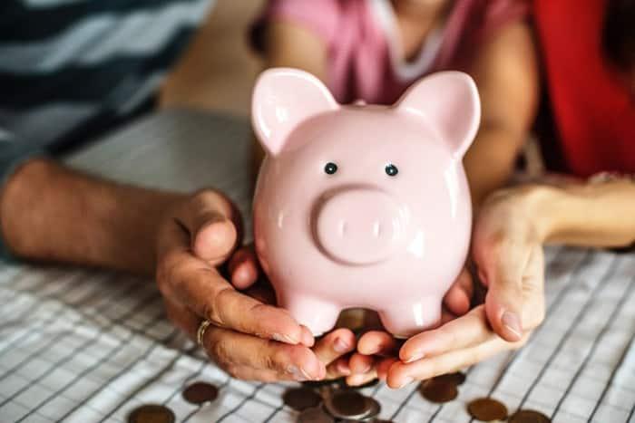 Kuvassa vaaleanpunainen säästöpossu